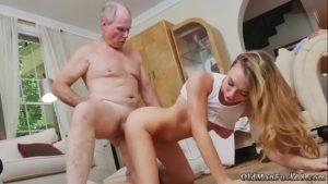 Assistir vídeo de pornô com loirinha safada fudendo velho cheio da viagra