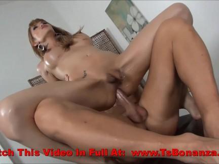 Shemale Time Loira madura fazendo sexo pra caralho com óleo no corpo