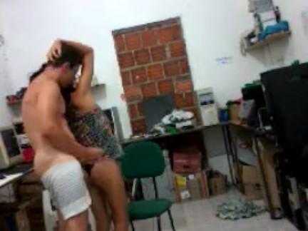Homem E Mulher Jovens fudendo gostoso no interior da Bahia no depósito