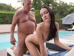 Russa Gostosa fazendo boquete legal e foda gostosa com velho gordo