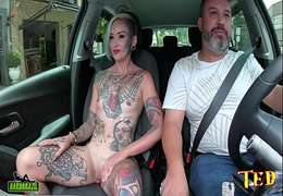 XereCard Tatuada Fodendo no Taxi com força para pagar a corrida !!!