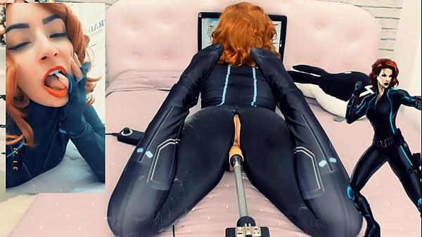 Viuva Negra Peladinha para você sendo Fodida pela Sex Machine.